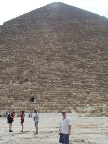 У пирамиды в Гизе